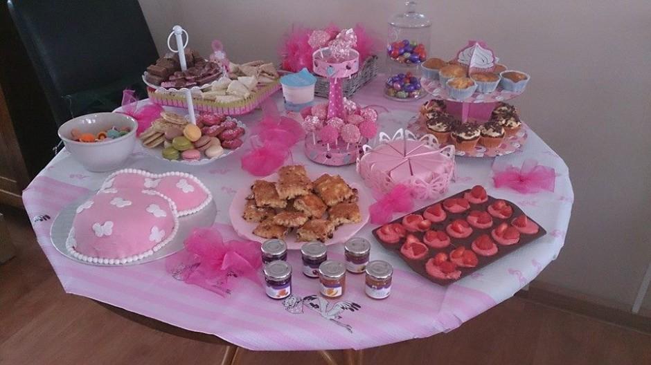 Babyshowertaart en gebakken in roze kleuren