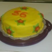 Verjaardagstaart met gele fondant